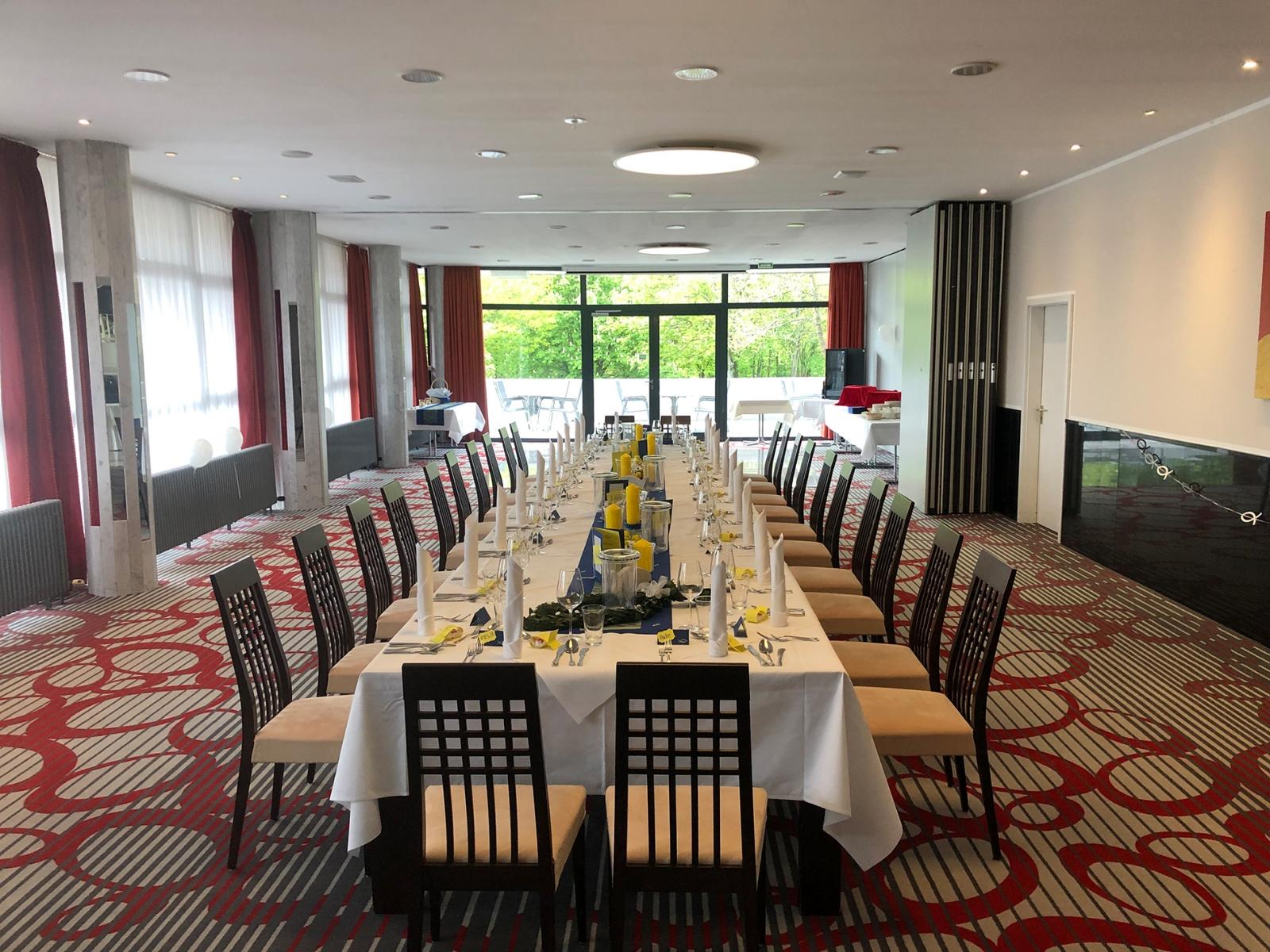 Festlich gedeckter langer Tisch