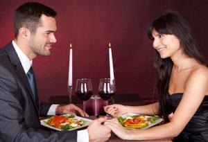 Pärchen beim romantischen Dinner