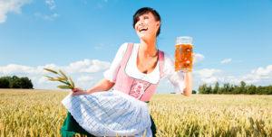 Frau im Dirndl mit Maßkrug Bier