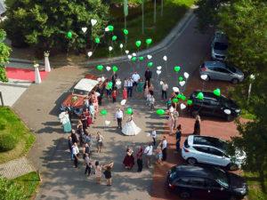 Luftballons steigen lassen bei Hochzeit