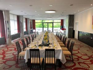 festlich gedeckter Saal langer Tisch